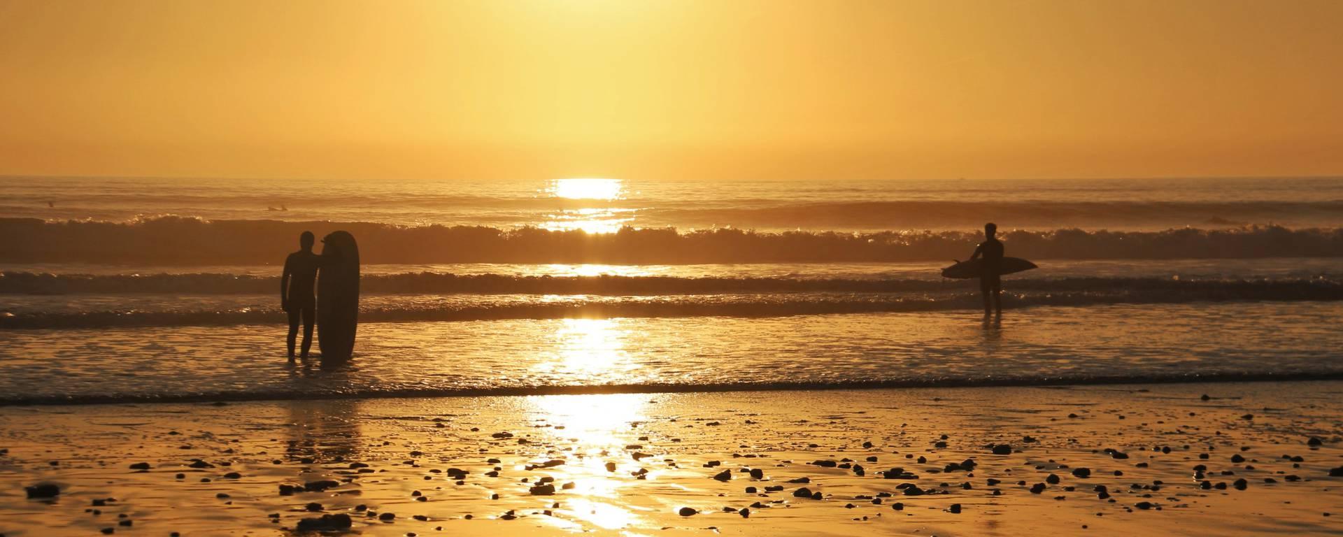 Surfeur au coucher de soleil par lesley Williamson