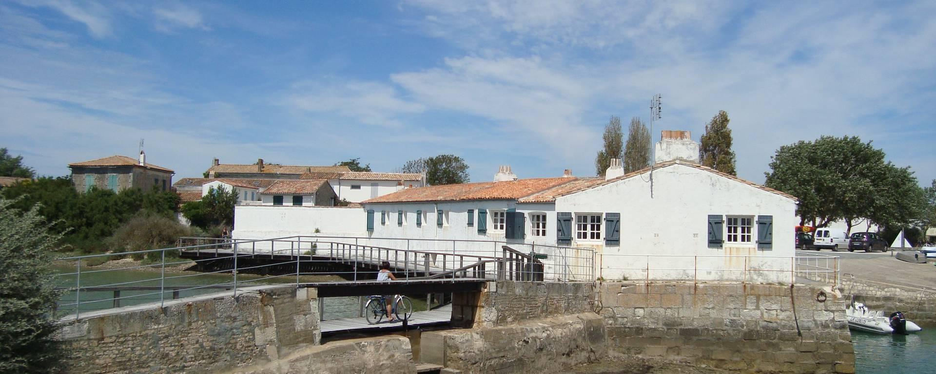 Ecluse sur le port de Loix, village de l'Ile de Ré par S.Nadouce