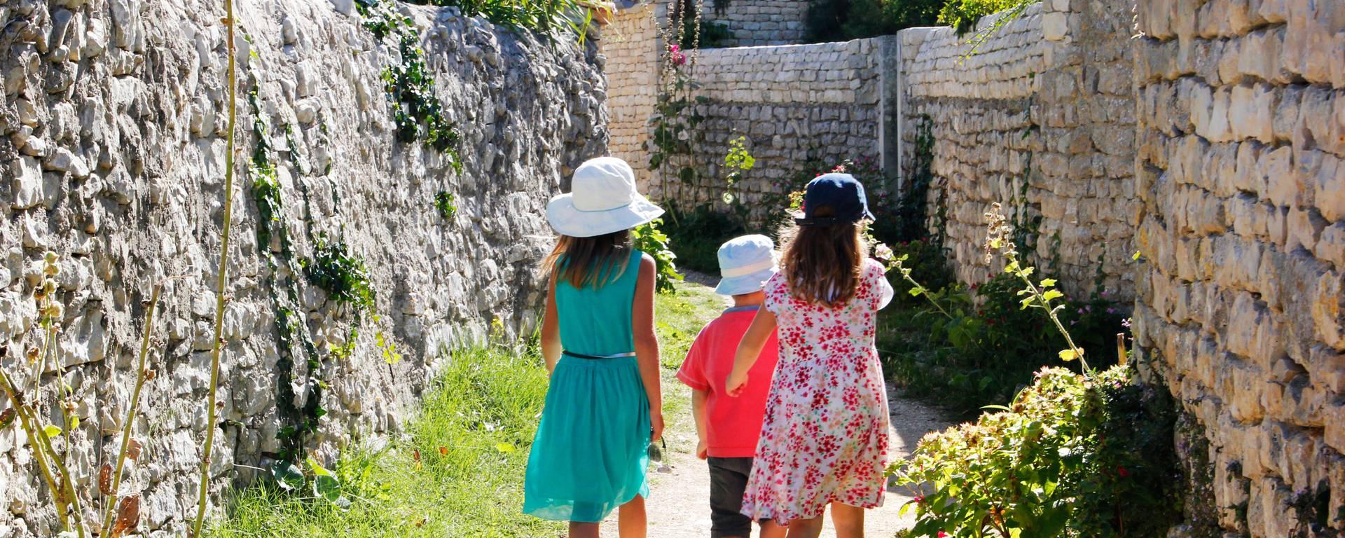 Baladez-vous dans les ruelles pittoresques du village de Saint-Marie de Ré