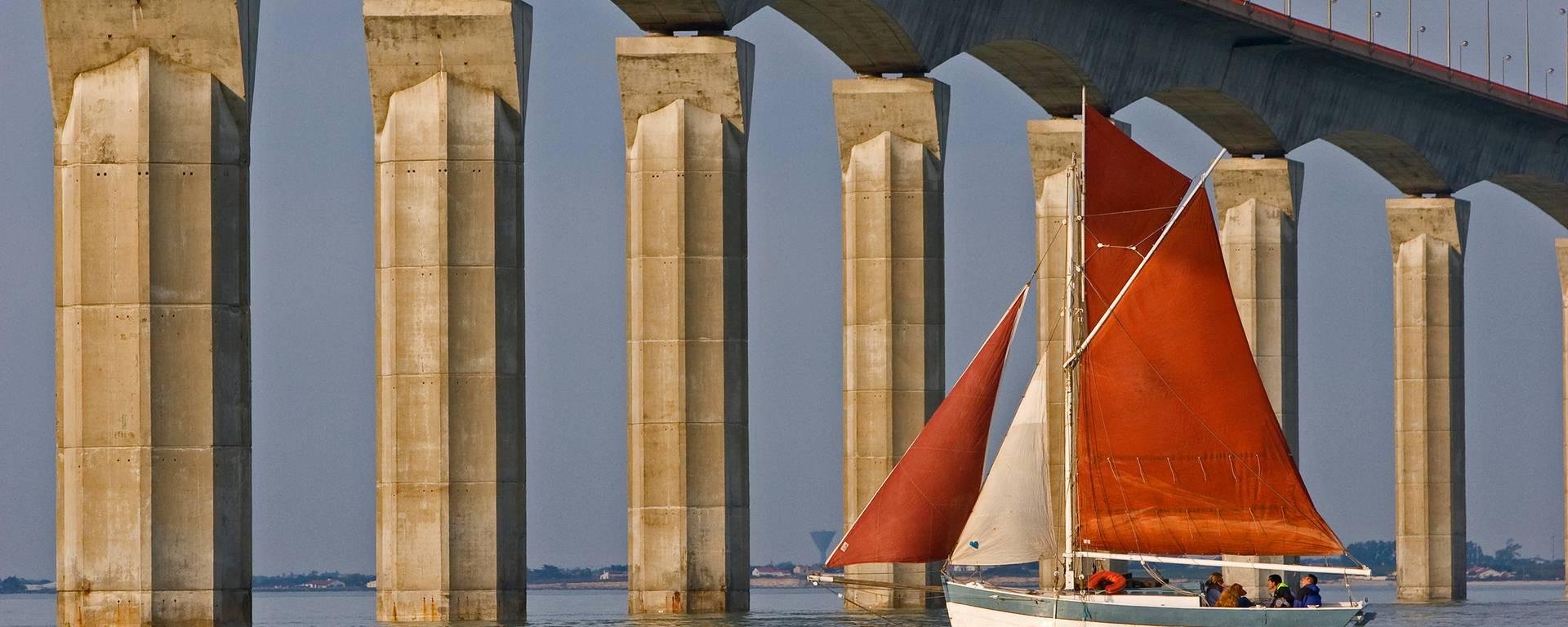 Bateau sous le pont par François Blanchaud